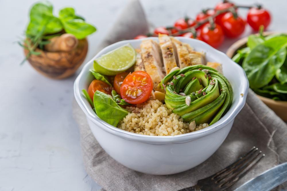 Przepisy na dietetyczne sałatki z kurczakiem, jajkiem, tuńczykiem