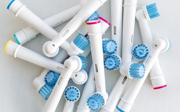 Szczoteczka elektryczna: jaką wybrać i jak myć nią zęby?
