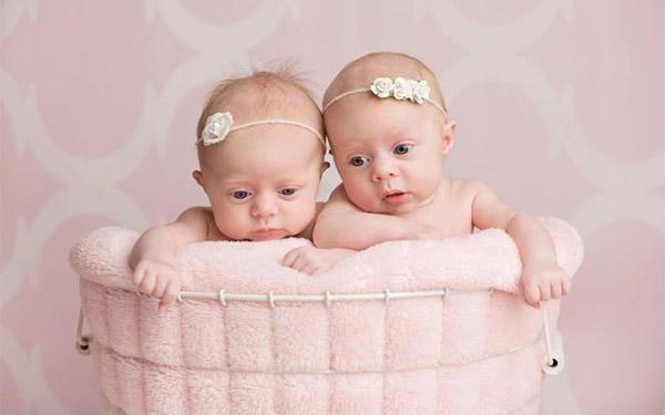 Karmienie piersią bliźniąt: jak karmić bliźniaki?